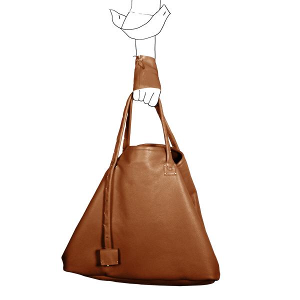 Catherine Loiret, Des sacs en cuir, raffinés, dissimulent des trésors de détails, de flexibilité et de jeux simpli-cube caramel leather bag