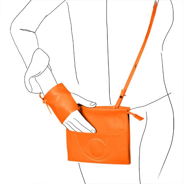 Catherine Loiret, Des sacs en cuir, raffinés, dissimulent des trésors de détails, de flexibilité et de jeuxpochette leather Catherine Loiret made in France