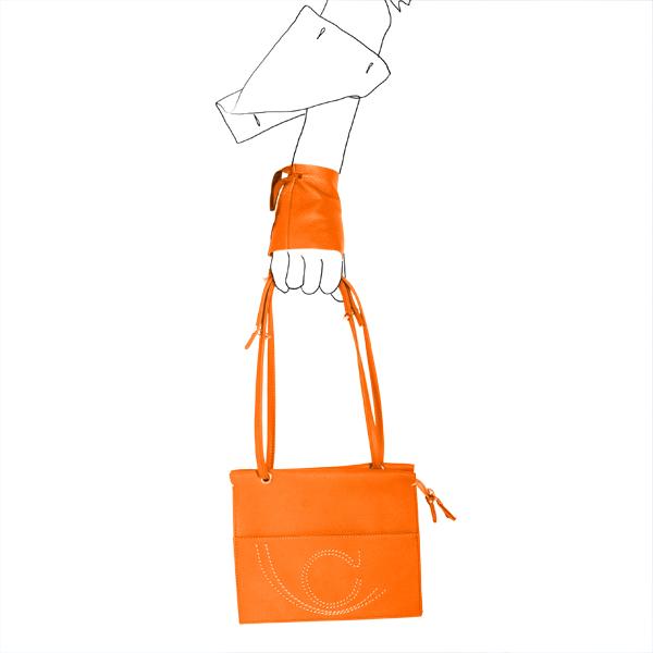 Catherine Loiret, Des sacs en cuir, raffinés, dissimulent des trésors de détails, de flexibilité et de jeuxpochette leather Catherine Loiret